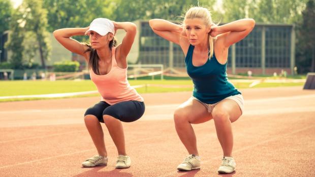 Фитнес для похудения, приседания на свежем воздухе.