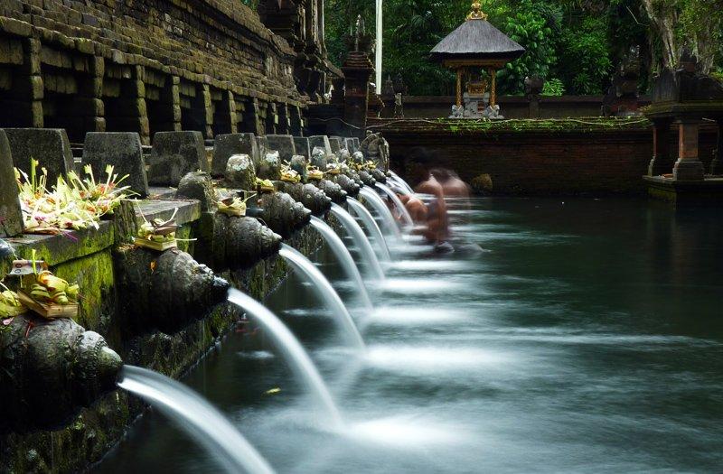 Купание в горячих источниках Бали.