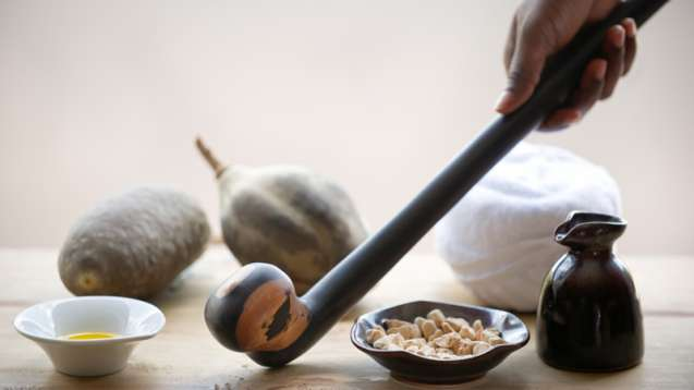 Африканское спа, дубинка рунгу и местные ингредиенты.