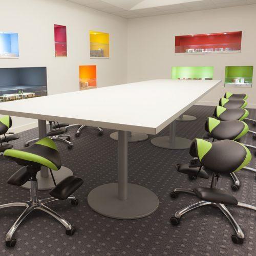 Эргономичный стул Osteoseat в офисе.