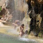 Горячие источники Маин, под водопадом