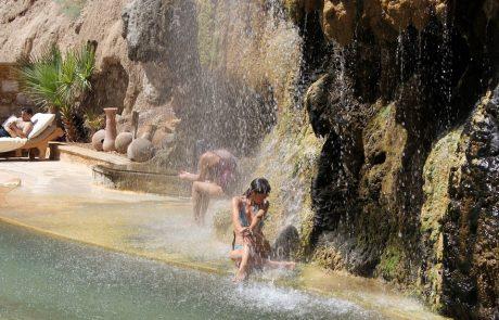 Отдых в Иордании, горячие источники Маин, под водопадом