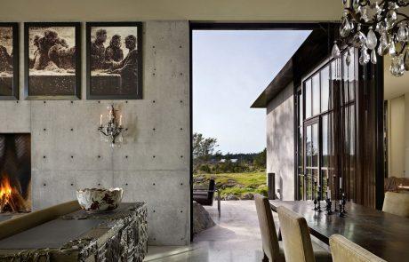 Загородный дом из бетона, большая дверь