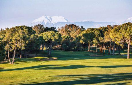 Лучшие курорты Турции, Белек, поля для игры в гольф с видом на Таврские горы