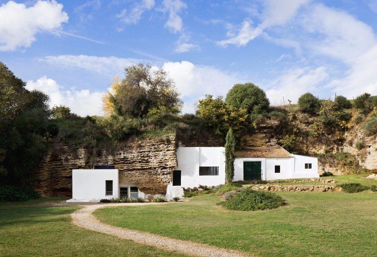 Современный дом в пещере