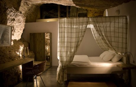 Современный дом в пещере, спальня