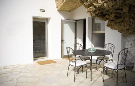 Современный дом в пещере, патио
