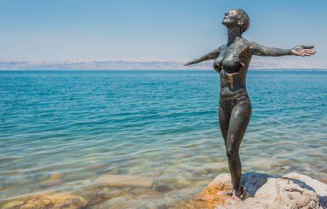 Отдых в Иордании на Мертвом море. Девушка, вымазанная грязью