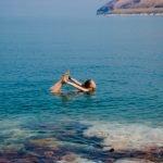 Поза верблюда в Мертвом море