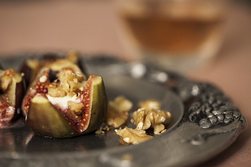 Полезный десерт: инжир, запеченный с козьим сыром и грецкими орехами