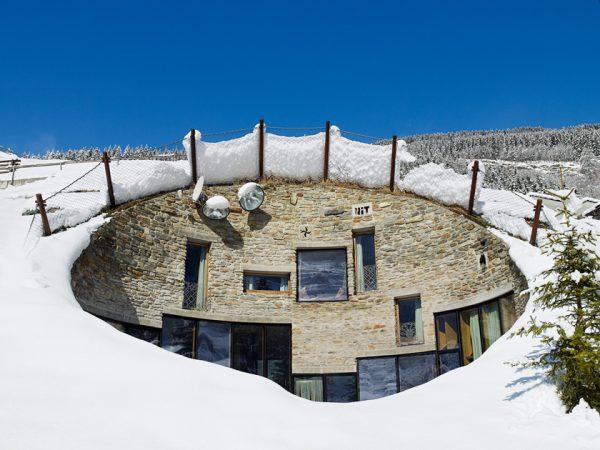 Альпийский подземный дом - вилла Вальс, засыпанная снегом