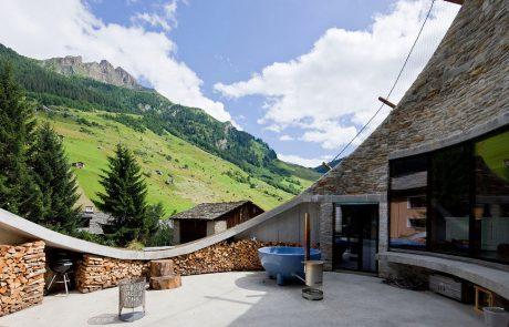 Дом под землей - вилла Вальс, внутренний двор, вид на горы