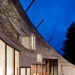 Альпийский подземный дом - вилла Вальс, ночное небо, свет в окнах