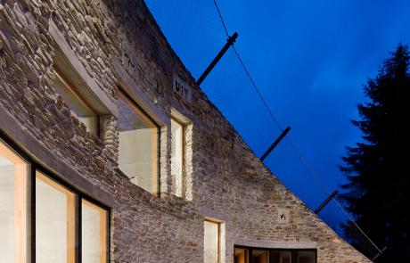 Подземный дом - вилла Вальс, ночное небо, свет в окнах