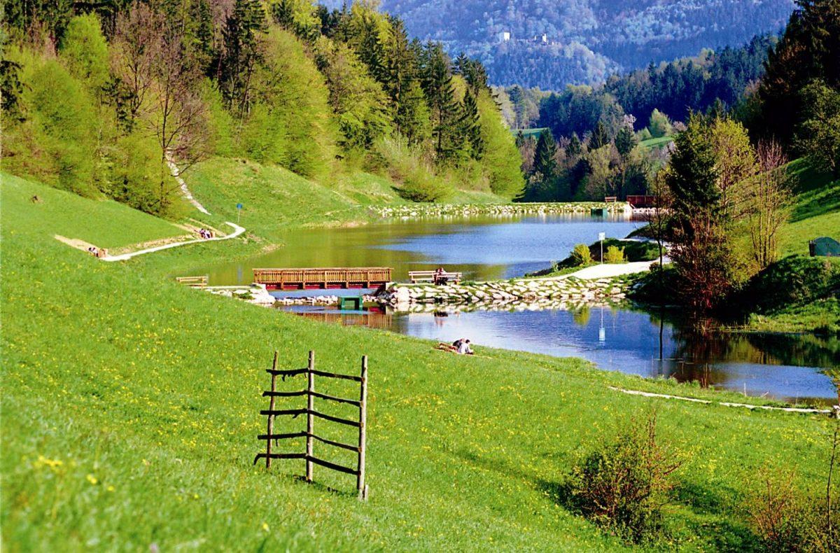 Живописное озеро вблизи термального курорта Терме Зрече