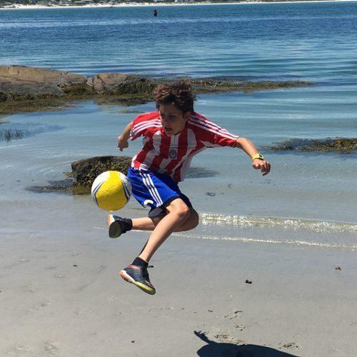 Мальчик играет мячом Senda на пляже