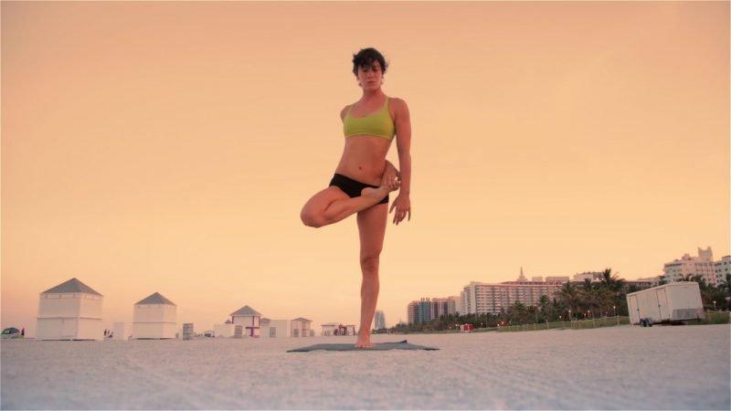 Виньяса крама: метод преобразования мышц и сухожилий. Утренняя виньяса в исполнении Дейлин Кристенсен, Майями.
