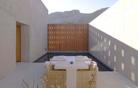 Курорт Amangiri, люкс с кроватью и обеденным столом возле бассейна