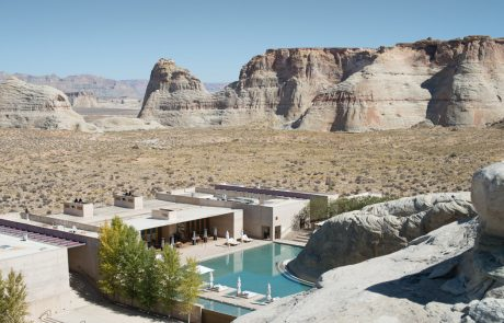 Курорт Amangiri, вид на бассейн со скалы