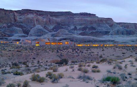 Курорт Amangiri, вид на отель со стороны пустыни вечером