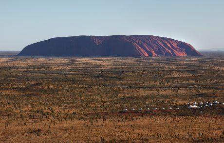 Гора Улуру и лагерь Longitude 131°, вид сверху