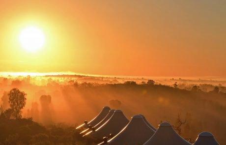 Лагерь Longitude 131° в лучах заходящего солнца