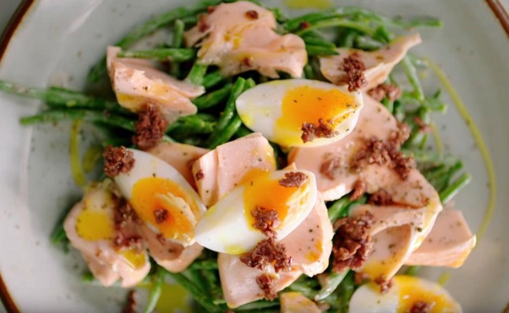Лосось с яйцом, стручковой фасолей и йогуртом