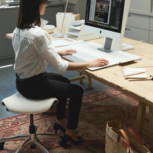 Стул-седло Freedom в офисе, альтернативный способ сидения