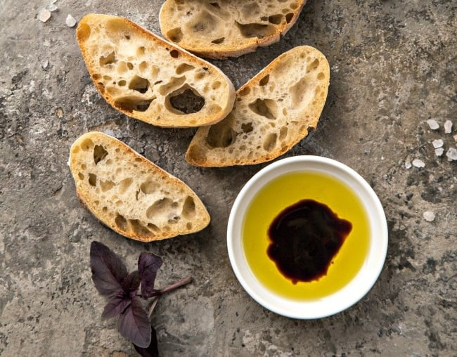 Хлеб с оливковым маслом и бальзамическим уксусом