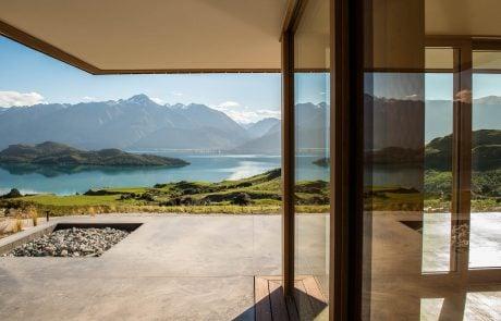 Отель Aro Ha Wellness Retreat, возле общей комнаты, вид на озеро и горы