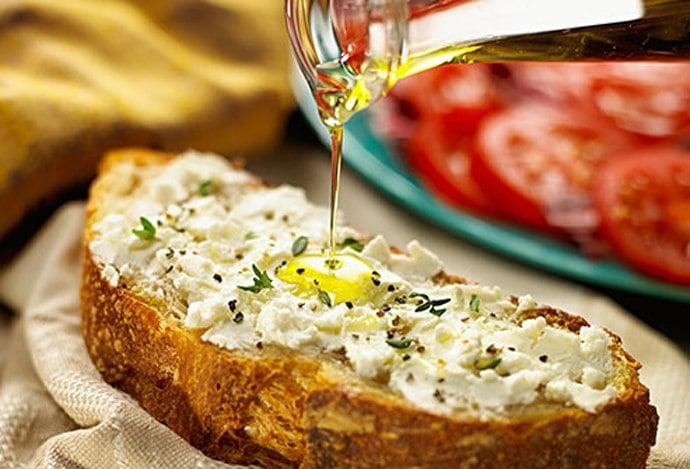 Средиземноморская диета: хлеб с сыром, пряностями и оливковым маслом