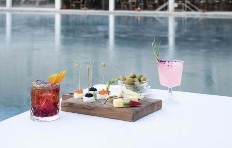 Закуски и напитки возле бассейна